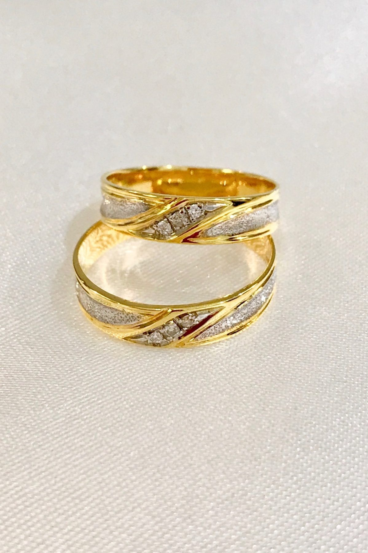 14K GOLD WEDDING RING WITH DIAMONDS