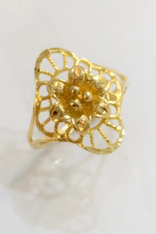 women gold ring flower